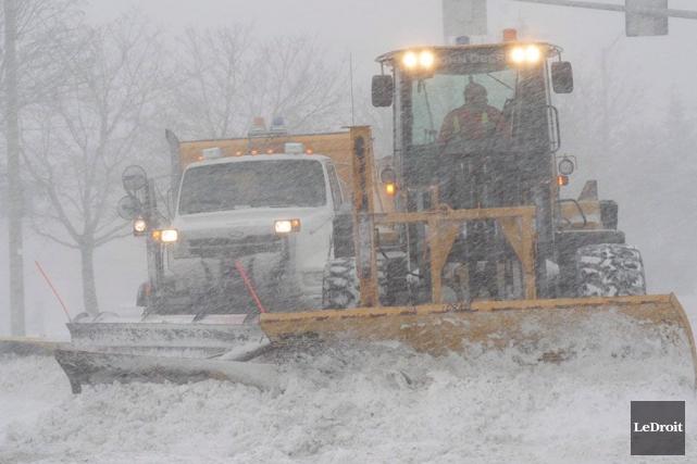 Le seuil minimum d'accumulation pour le déploiement des chasse-neiges dans les... (Étienne Ranger, Archives LeDroit)