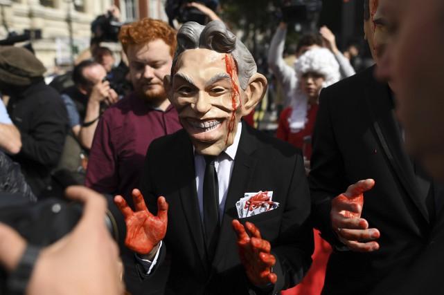 Un manifestant portant un masque de Tony Blair... (AFP, Ben Stansall)