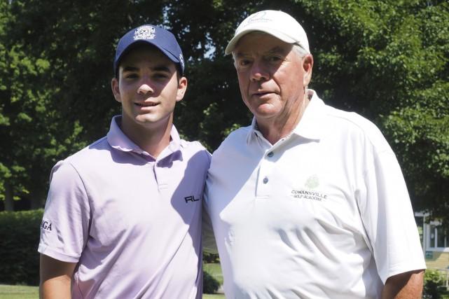 Étienne Papineau en compagnie de son entraîneur, Pierre... (Alain Dion)