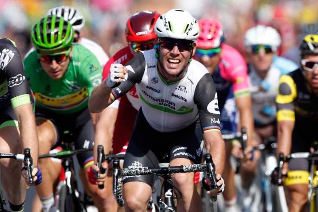 Mark Cavendish (au centre) a remporté sa troisième... (Photo Christophe Ena, AP)