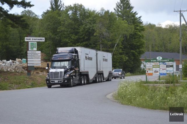 Devant le flot croissant de camions lourds et de véhicules qui entrent et... (Benoit Sabourin, LeDroit)
