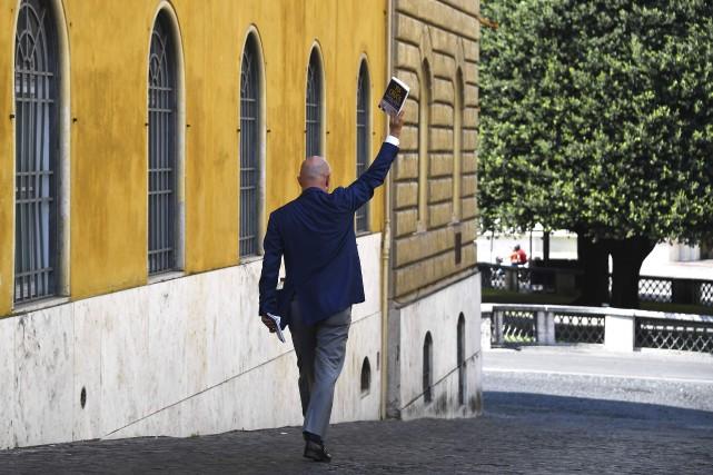 Le journaliste italien Gianluigi Nuzzi brandit son livre... (AFP, Gabriel Bouys)