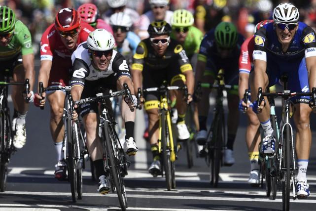 Marcel Kittel (à droite) a lancé le sprint,... (AFP, Jeff Pachoud)