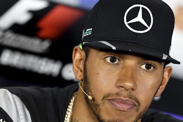 Le pilote de Mercedes, Lewis Hamilton, s'adresse aux... (Andrej Isakovic, AFP)