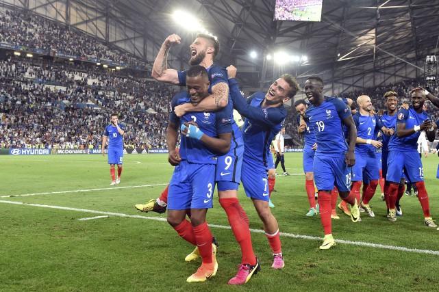 Les joueurs français exultaient après leur victoire de... (AP, Martin Meissner)
