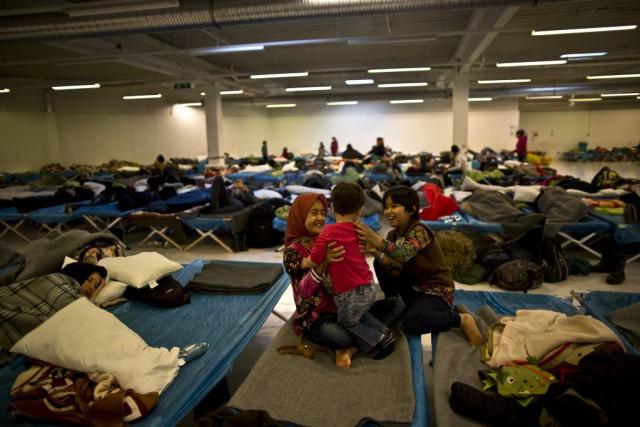 Des jeunes réfugiés afghans s'amusent dans un centre... (AP, Muhammed Muheisen)
