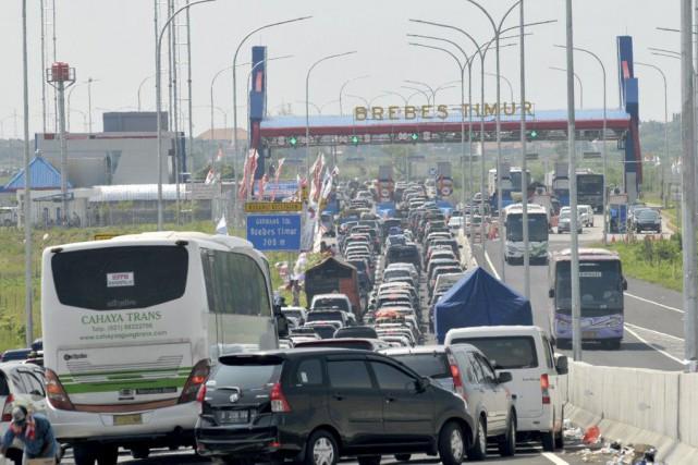 Tous les ans, les routes d'Indonésie, le pays... (PHOTO AFP/ATUL)