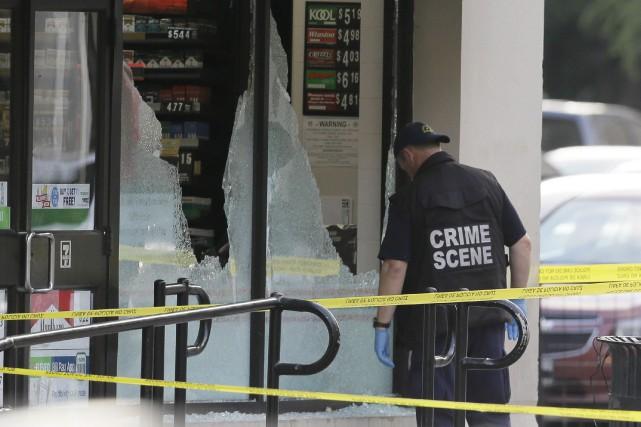 Un policier chargé de l'investigation des scènes de... (AP, LM Otero)