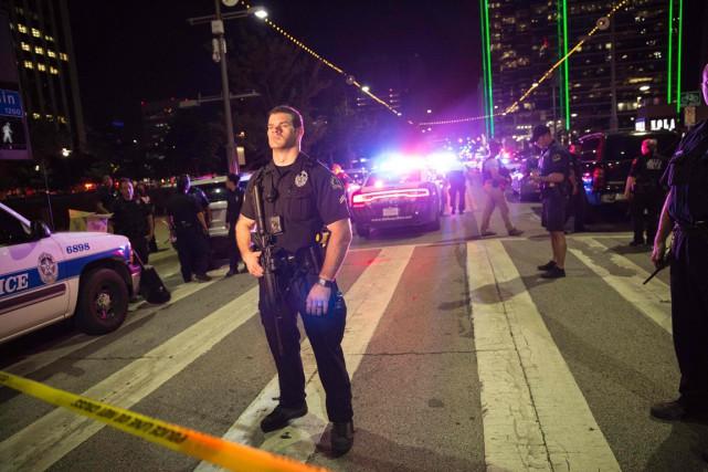 Un policier monte la garde à l'intérieur d'un... (PHOTO LAURA BUCKMAN, AFP)