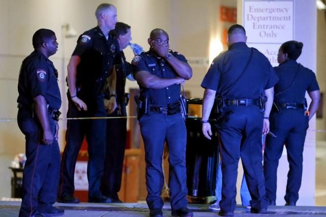 Des agents de la police de Dallas attendent... (AP, Tony Gutierrez)