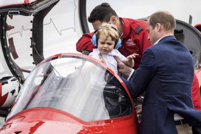 Le prince William installe leprince Georgedans la cabine... (PHOTO RICHARD POHLE, REUTERS)