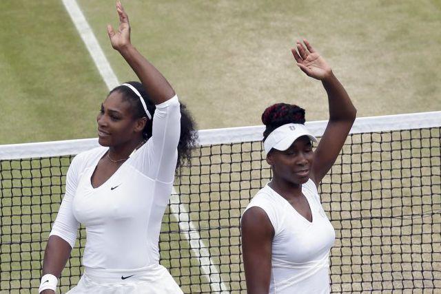 Serena et Venus Williams se sont qualifiées vendredi... (Tim Ireland)