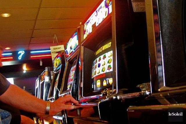 Les bars et restaurants pourront avoir plus que cinq appareils de loterie... (Photo archives Le Soleil)