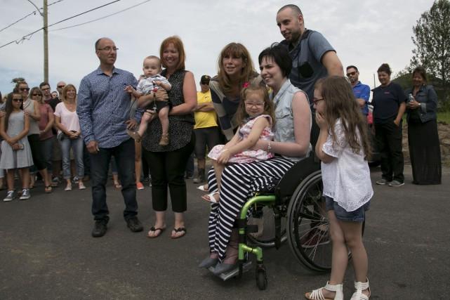 Entourée de sa famille et de Chantal Lacroix,... (Spectre Média, René Marquis)