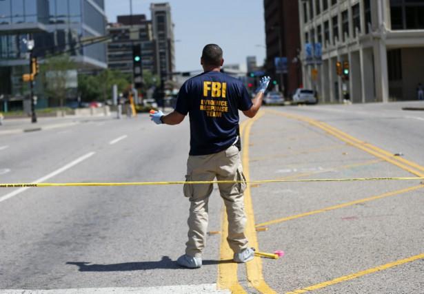 Une équipe du FBI était sur place vendredi... (AP, Gerald Herbert)