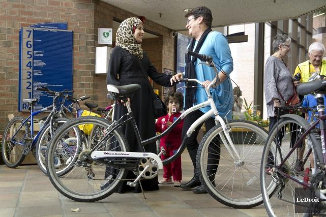 Fadia Hamad a reçu une bicyclette de la... (Martin Roy, LeDroit)