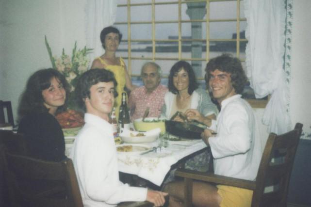 Ma mère, debout, mon père, Marie-Laure, Michel (un... (PHOTO FOURNIE PAR STÉPHANE LAPORTE)