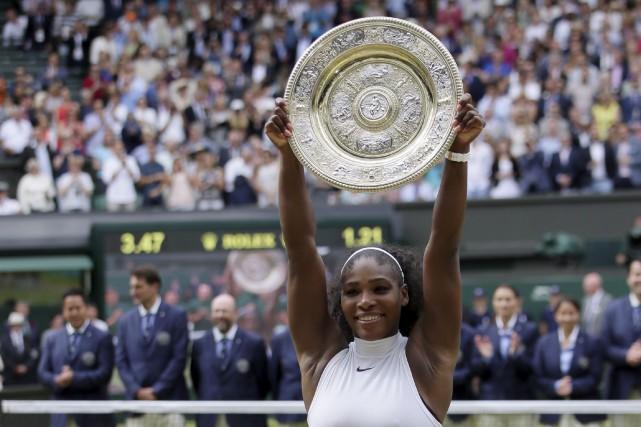 L'Américaine Serena Williams soulève son trophée après avoir... (AP Photo)