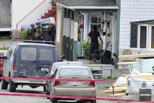 Les policiers ont tiré sur l'individu barricadé sur... (Photo Le Quotidien, Rocket Lavoie)
