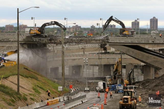 Le démantèlementdu pont d'étagement de la rue Saint-Jacques,... (PHOTO ROBERT SKINNER, LA PRESSE)
