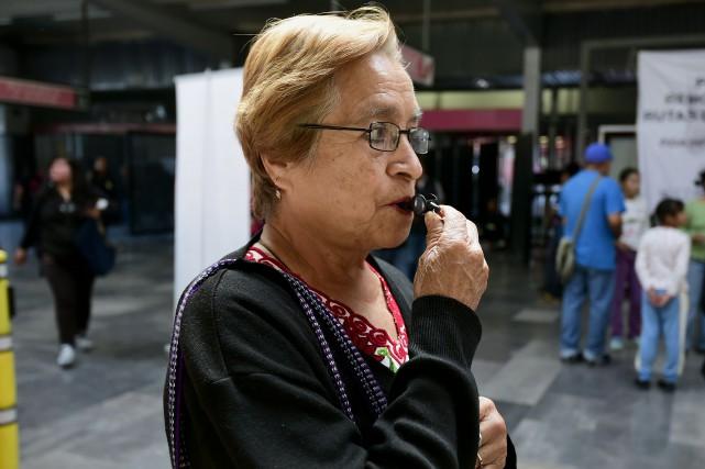 Une femme essaie son sifflet remis au métro... (Agence France-Presse)