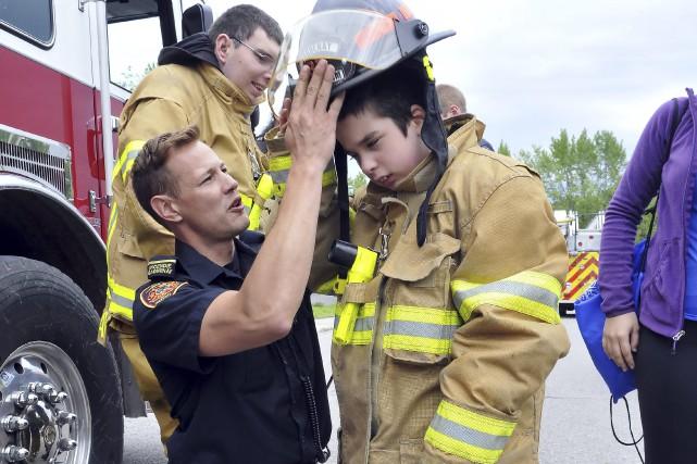 Le pompier Luc Thibault a fait essayer la... (Photo Le Progrès-Dimanche, Rocket Lavoie)