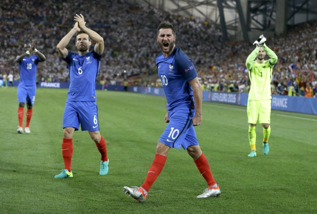 Huit mois après qu'une vague d'attentats eut secoué les rues de Paris, l'équipe... (Photo AP)