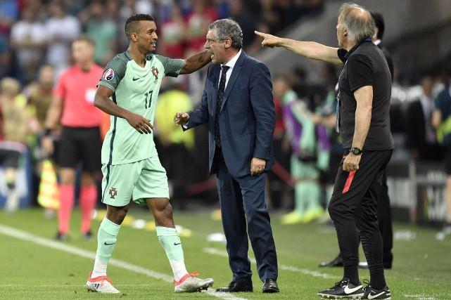 Le sélectionneur du Portugal, Fernando Santos (au centre),... (AP, Martin Meissner)