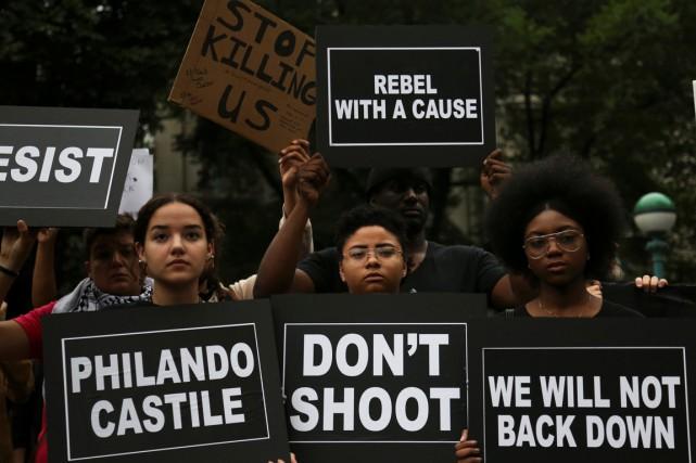 Plusieurs centaines de personnes ont manifesté samedi soir à New York pour... (Photo Reuters)