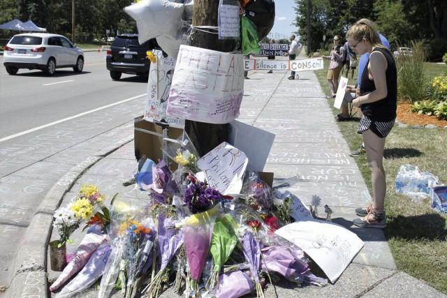 Des messages sont laissés sur le lieu où... (Photo AP)