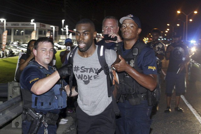 DeRay McKesson (au centre)... (Photo Max Becherer, Associated Press)