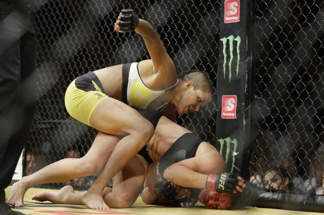 Amanda Nunes a vaincu Miesha Tate par soumission... (PHOTO JOHN LOCHER, AP)