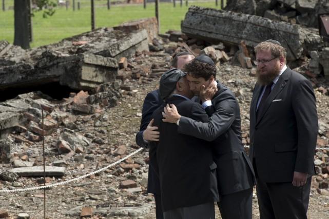 Justin Trudeau embrasse le survivant du campNate Leipcigerdevant... (La Presse Canadienne, Adrian Wyld)