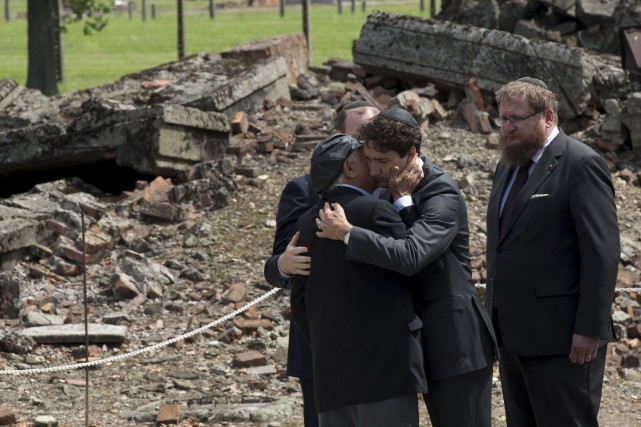 Justin Trudeau serre dans ses bras le survivant... (La Presse Canadienne, Adrian Wyld)