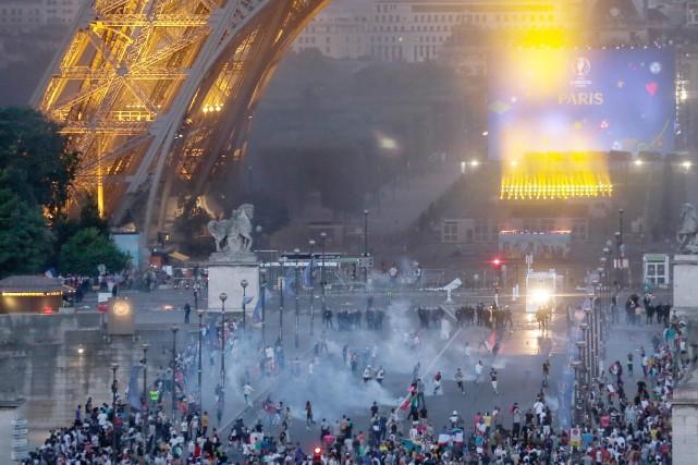 La tour Eiffel est fermée au public lundi, «suite aux incidents» dimanche soir... (Photo AP)