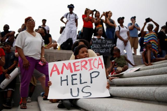 Les tensions entre les citoyens noirs et les... (Photo Reuters)