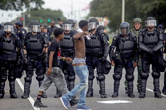 Les tensions entre les citoyens noirs et les... (Associated Press)