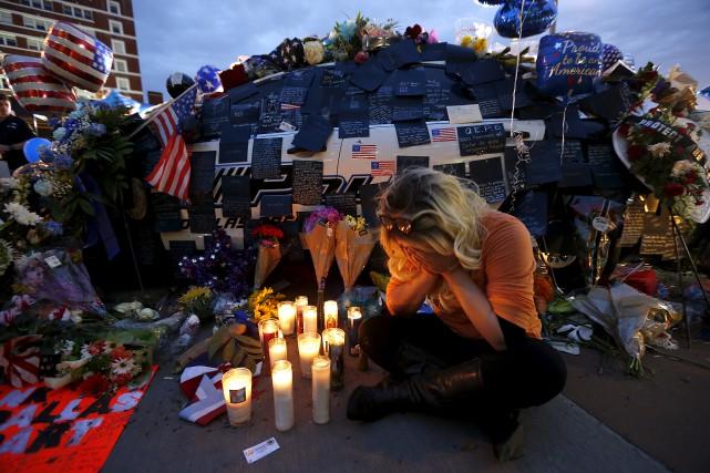 Une jeune femme pleure devant un mémorial consacré... (Associated Press, Gerald Herbert)