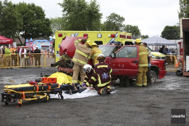 Une simulation d'un accident de la route impliquant... (Julie Catudal, La Voix de l'Est)