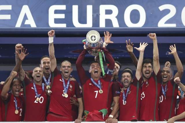 Trophée en main, Cristiano Ronaldo et tous les... (The Associated Press, Thanassis Stavrakis)