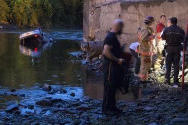 Une voiture a sombré dans la rivièreMagog, derrière le restaurant Da Toni,... (Spectre Média Julien Chamberland)