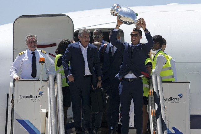 Cristiano Ronaldo, avec le coach Fernando Santos à... (AP, Paulo Duarte)