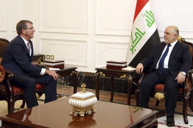 Le chef du Pentagone Ashton Carter a rencontré... (PHOTO AFP/FOURNIE PAR LE BUREAU DU PREMIER MINISTRE IRAKIEN)