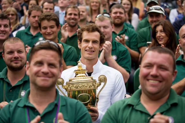 Andy Murray, que l'on voit ici entouré par... (PHOTO Steve Paston, ARCHIVES PA/AP)
