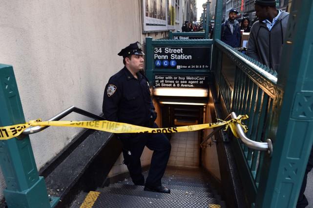Un policier surveille une entrée de la station... (PHOTO JEWEL SAMAD, ARCHIVES AFP)