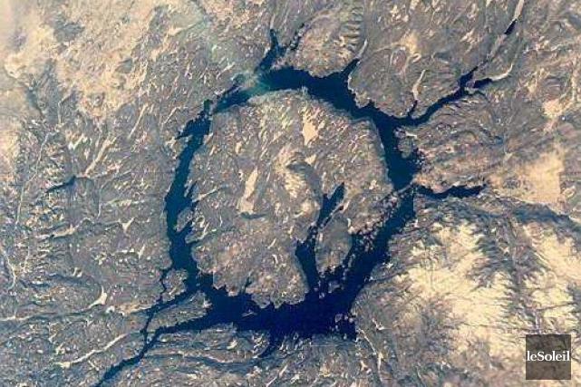 L'énorme cratère Manicouagan sur la Côte-Nord fait 90... (Photothèque Le Soleil)