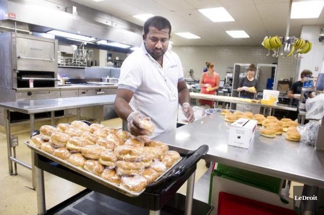 Laki Silva met la main à la pâte... (Martin Roy, LeDroit)