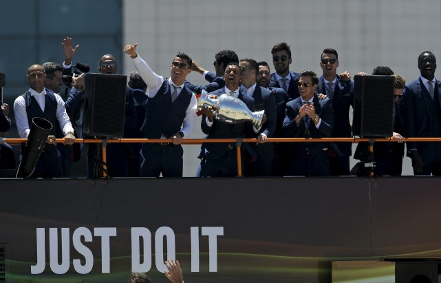 Les nouveaux champions d'Europe ont paradé à travers... (Associated Press)