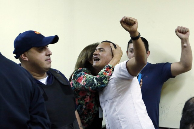 Ruben Villalba, en blanc, avant le prononcé de... (PHOTO AP)