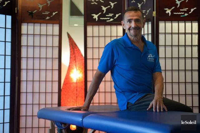 Michel Van Waeyenberge, massothérapeute et propriétaire du centre... (Le Soleil, Yan Doublet)